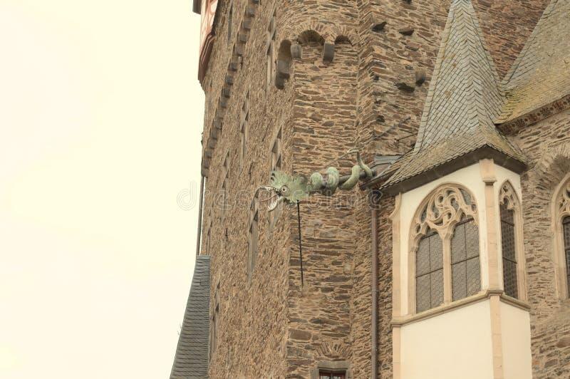 Dragon ornemental sur le toit d'une tour médiévale Allemagne, photos stock