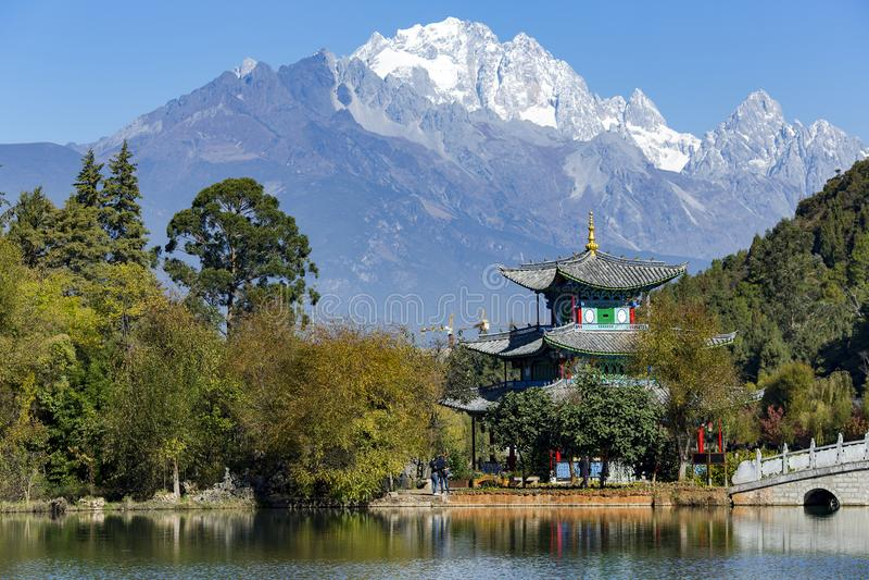 Dragon Pond nero vicino a Città Vecchia di Lijiang immagini stock