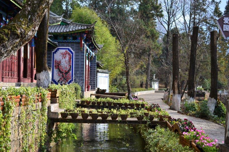 Dragon Pool e Jade Dragon Snow Mountain pretos, Lijiang, Yunnan, China Heilongtan Yulong Xueshan fotografia de stock royalty free