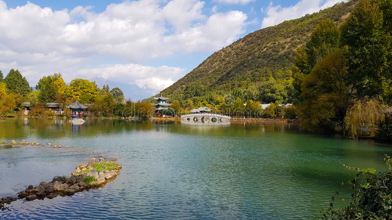 Dragon Pool noir en Jade Spring Park, Lijiang, Yunnan, Chine images stock