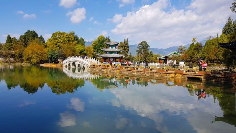 Dragon Pool preto em Jade Spring Park, Lijiang, Yunnan, China fotos de stock