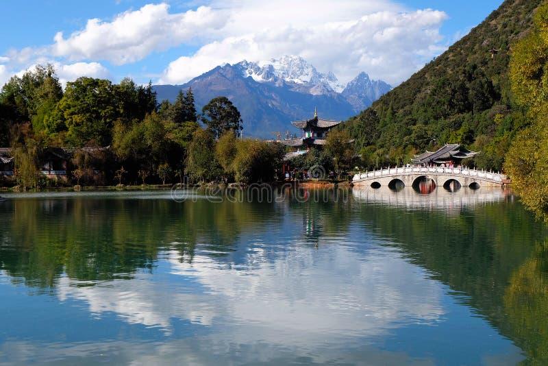 Dragon Pool preto em Lijiang, China fotografia de stock royalty free