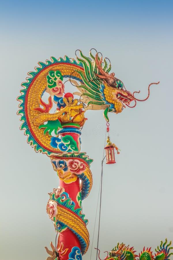 Dragon Sculpture bonito no telhado chinês do pavilhão no C imagem de stock royalty free