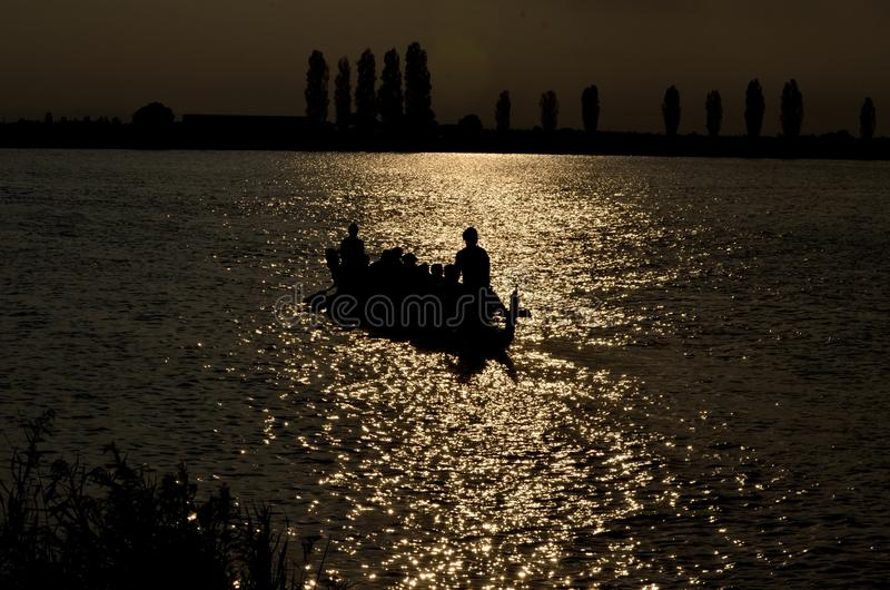 Dragonboat στο ηλιοβασίλεμα στοκ εικόνα