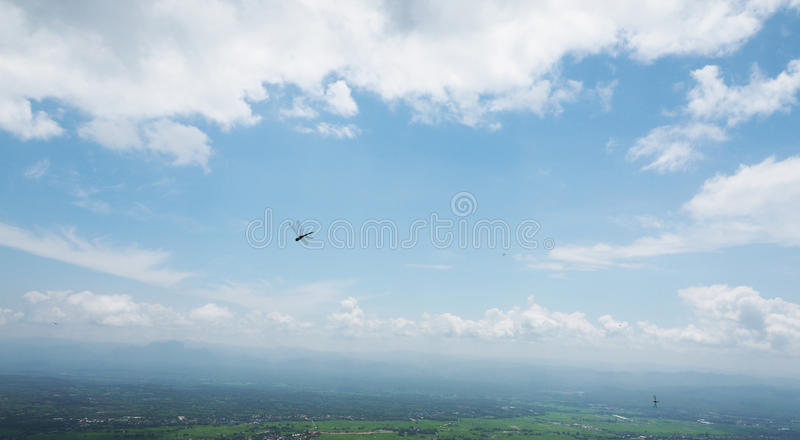 Dragonfly w niebieskim niebie obrazy stock