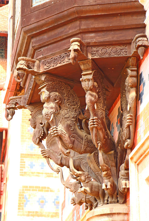 Dragons tenant le balcon woodcarving l'Inde photo stock