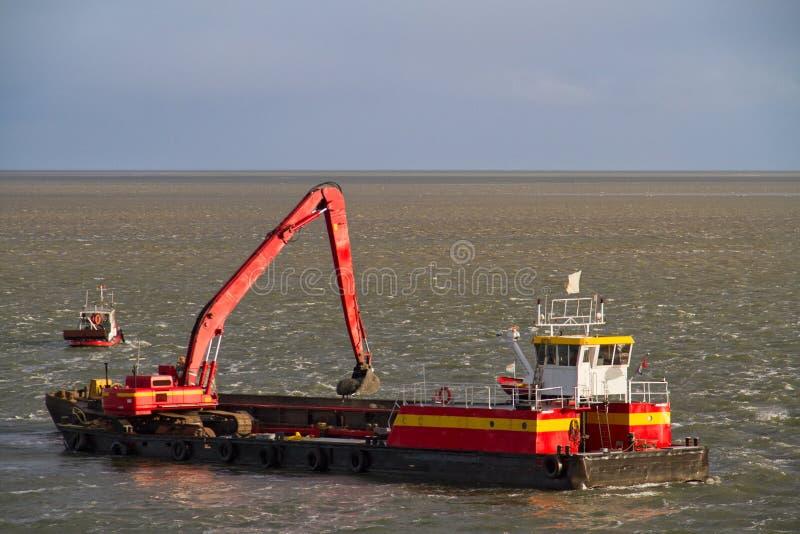 Dragowania naczynie na morzu fotografia stock
