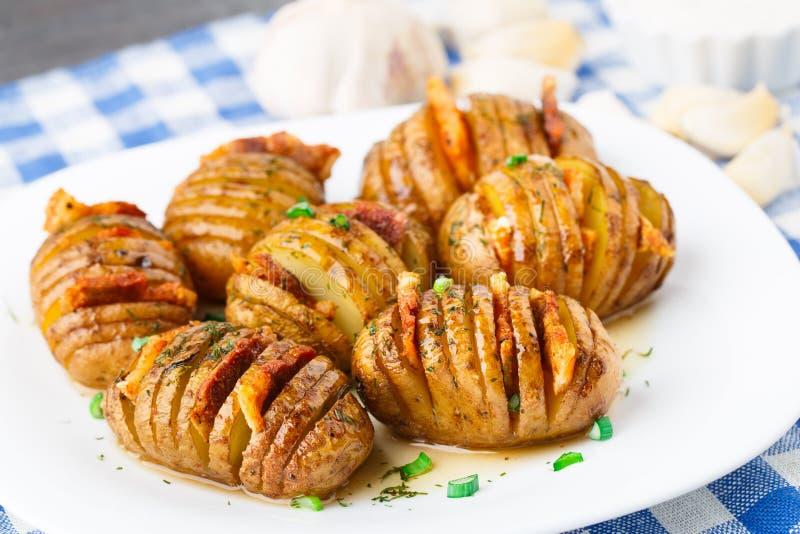 Dragspel bakade potatisar med bacon arkivbilder