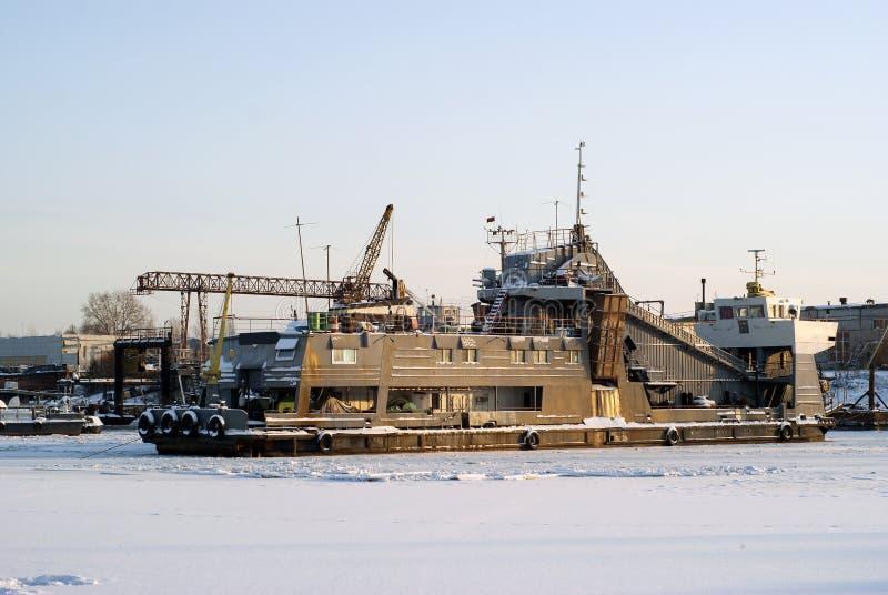 Dragueur de flottement autopropulsé pendant l'hivernage dans la mare image libre de droits