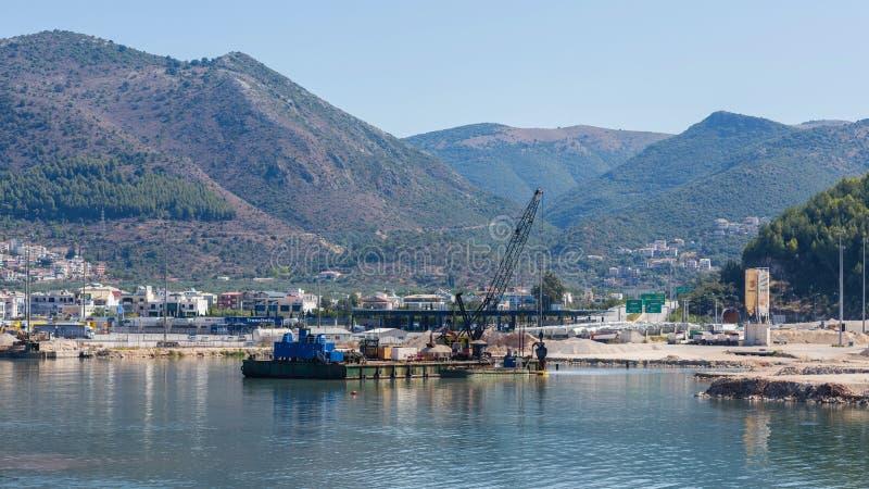 Draguez le bateau sur la mer sur le port d'Igoumenitsa en Grèce La Thesprotie image stock