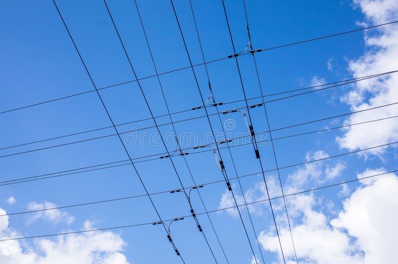 Draht der elektrischen Leitung auf Himmelhintergrund lizenzfreies stockfoto