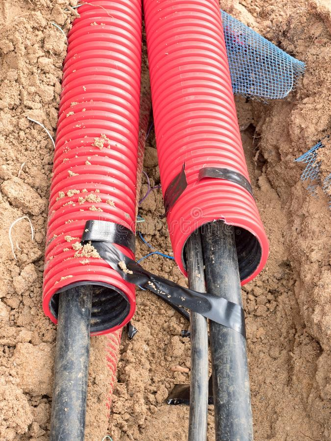Draht im HDPE und in protectivep Rohr Gebäude von Linien von metallischem und von Lichtwellenleitern, stockfoto