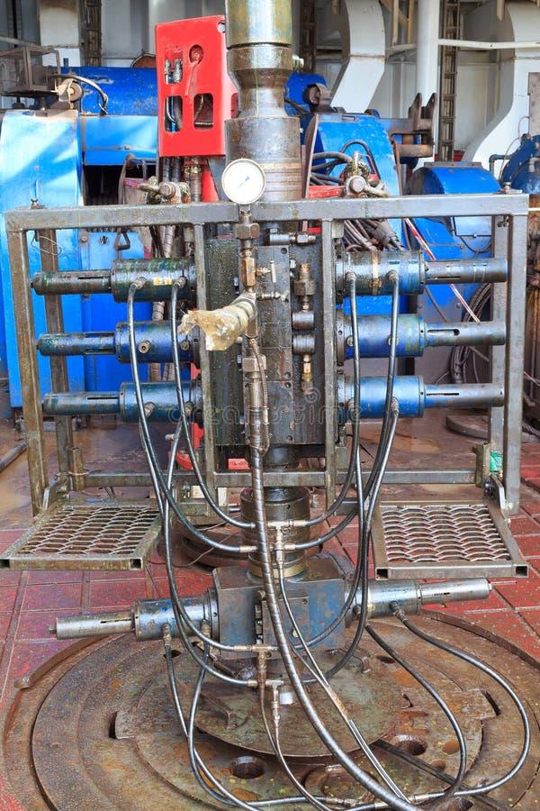 Draht-Linie brennen heraus Verhinderer für Perforierung auf dem Anlagenboden durch lizenzfreies stockbild