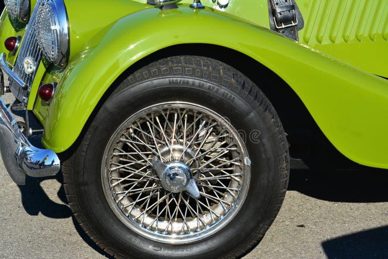 Draht-spokedrad eines Klassikers offenen Tourenwagens Weinlese Morgan Pluss 4 lizenzfreies stockfoto