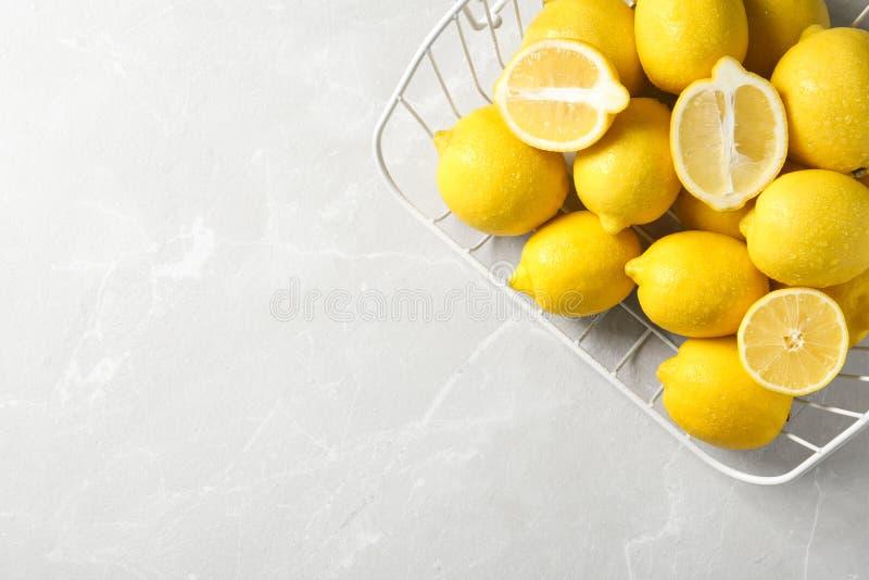 Drahtkorb mit Zitronen lizenzfreies stockbild