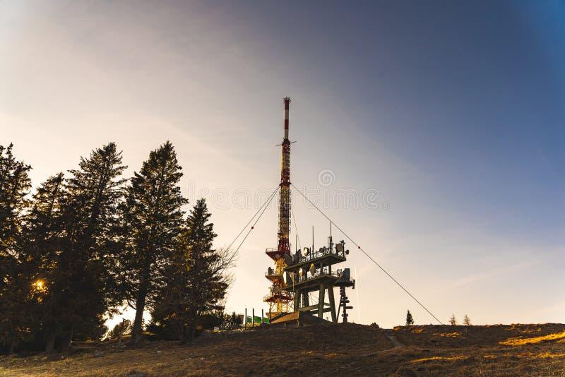 Drahtlose Antennen der Telekommunikation auf dem Turm stockfoto