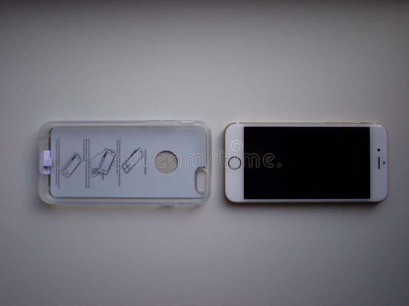 Drahtlose Aufladung f?r Smartphone Der Smartphone wird aufgeladen, wenn es auf die Oberfl?che der Station gesetzt wird sonderkomm lizenzfreie stockfotos