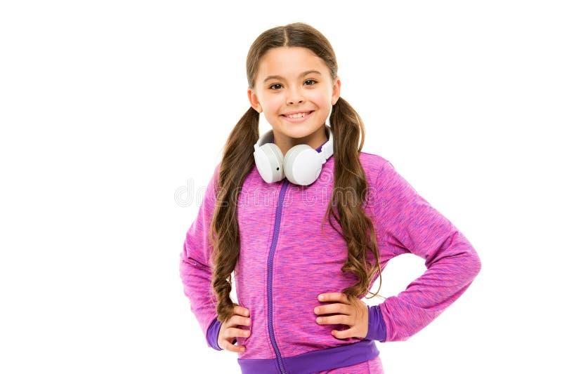 Drahtlose Freiheit mit Bluetooth-Technologie Liebendes Kleinkind der Freiheit Kleines M?dchenkindertragende Handfreie Kopfh?rer stockbild