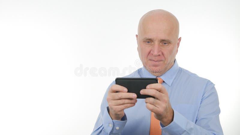 Drahtlose Kommunikation überzeugter Geschäftsmann-Text Using Cellphones stockbilder