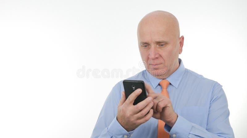 Drahtlose Kommunikation überzeugter Geschäftsmann-Text Using Cellphones lizenzfreie stockfotos
