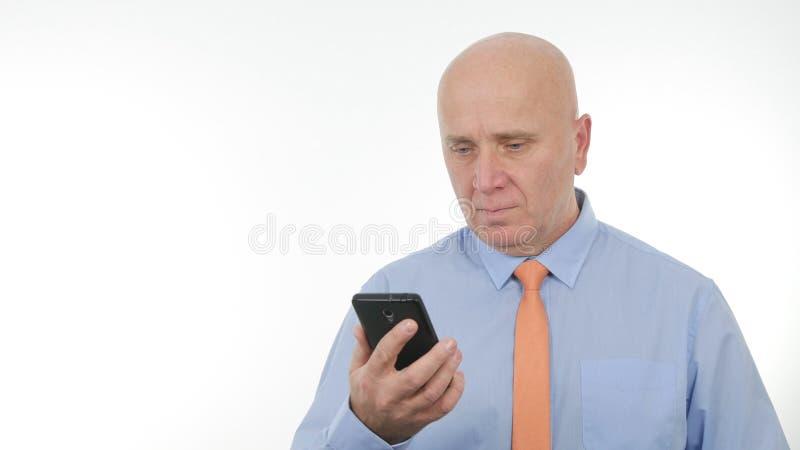 Drahtlose Kommunikation überzeugter Geschäftsmann-Text Using Cellphones stockfoto