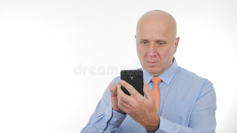 Drahtlose Kommunikation überzeugter Geschäftsmann-Text Using Cellphones lizenzfreie stockfotografie