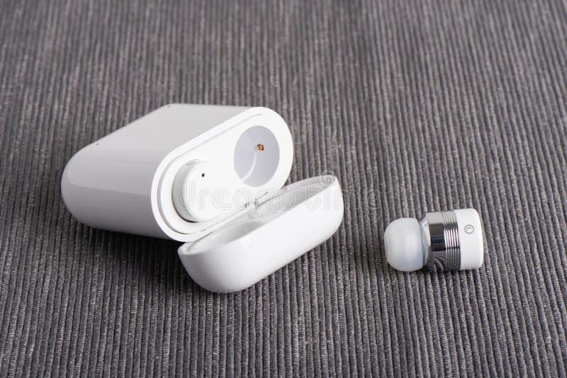 Drahtloses Earbuds lizenzfreie stockbilder