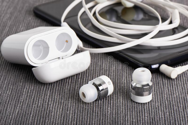 Drahtloses Earbuds stockbild