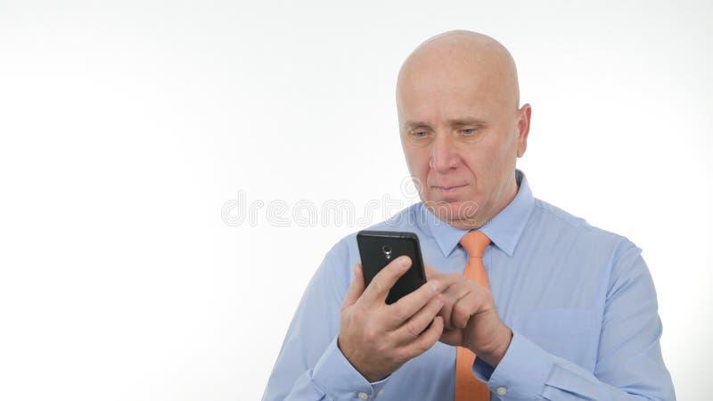 Drahtloses Internet überzeugter Geschäftsmann-Text Using Cellphones stockfotos