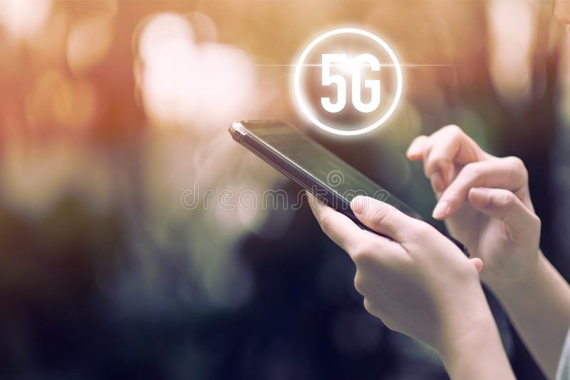 drahtloses System des Netzes 5G auf Smartphone lizenzfreies stockbild