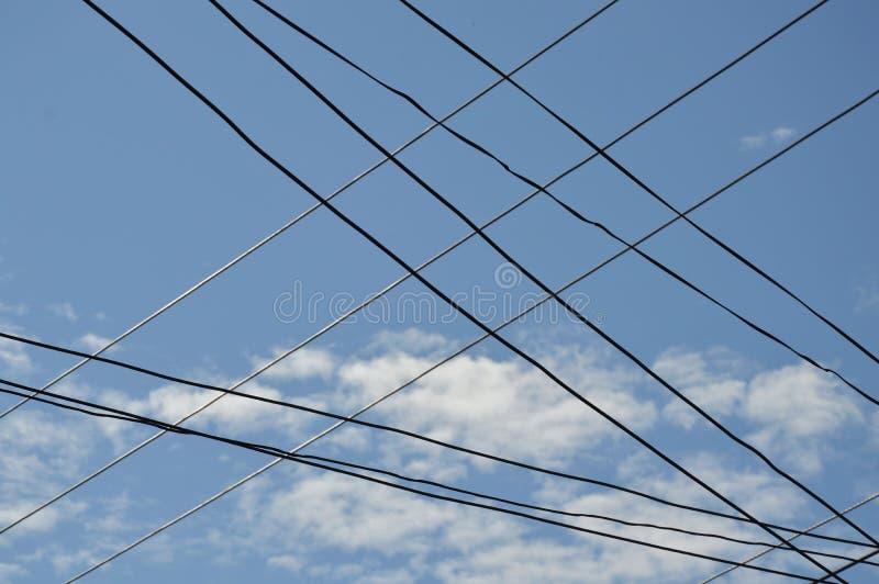 Drahtschnitt der elektrischen Leitung auf Himmelhintergrund lizenzfreie stockfotos