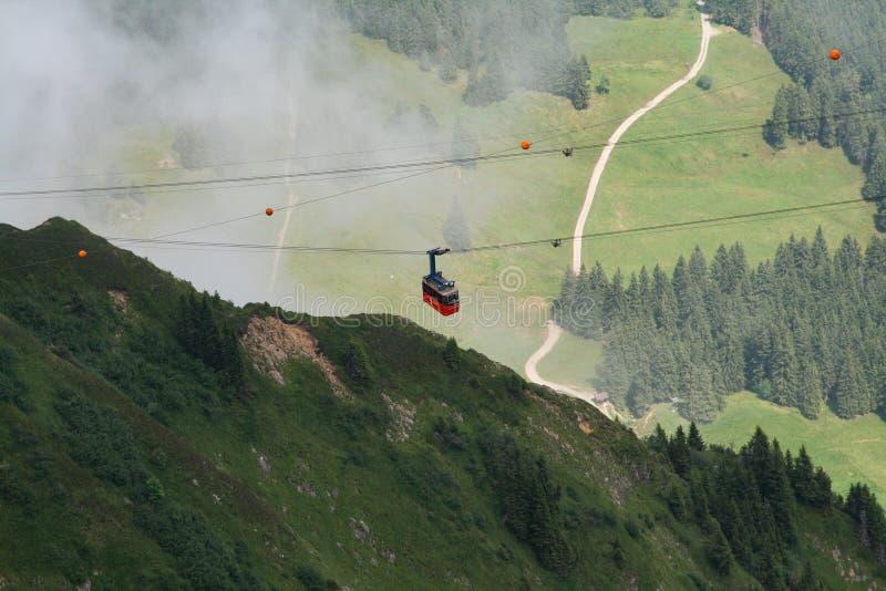 Drahtseilbahn Alpen stockfotos
