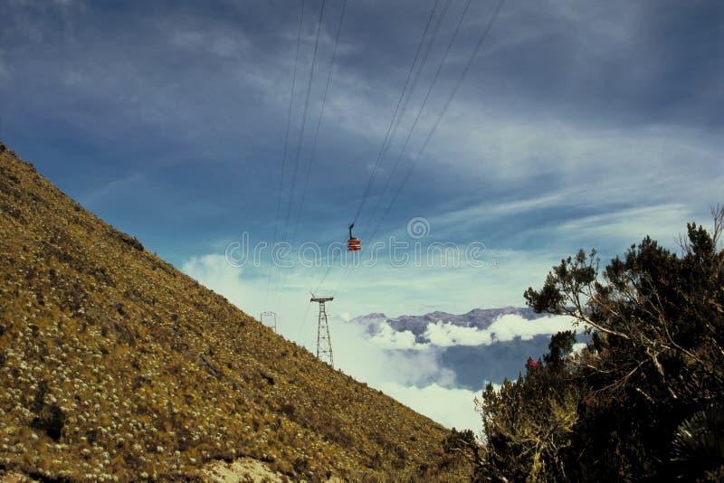 Drahtseilbahn in den Anden stockfotos