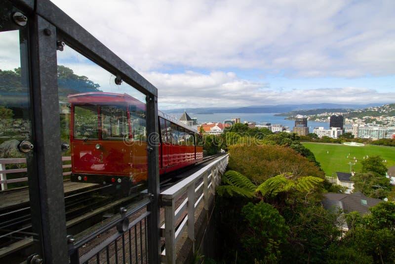 Drahtseilbahn, die nach Wellington von der Spitze des Berges vorangeht lizenzfreie stockfotografie