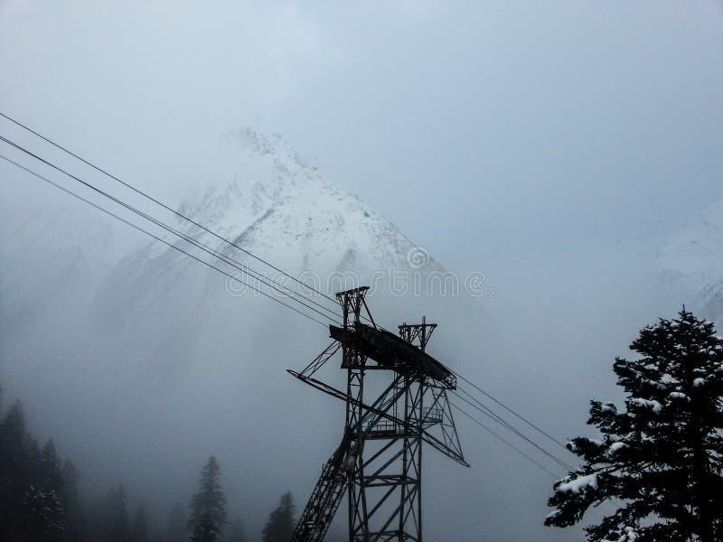 Drahtseilbahn im Skiort lizenzfreies stockbild