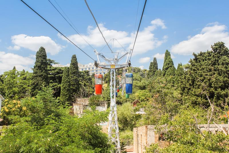 Drahtseilbahn unter den Bäumen lizenzfreie stockfotografie