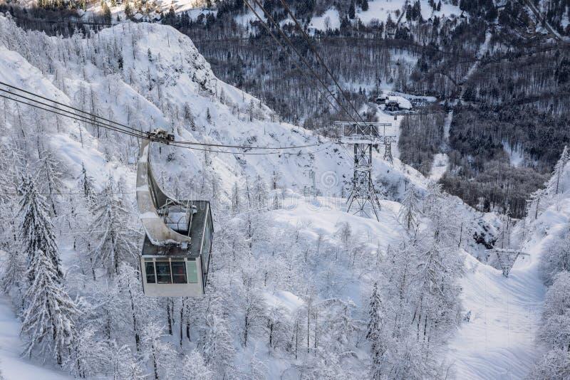 Drahtseilbahnaufzug nahe Vogel-Skimitte stockfoto