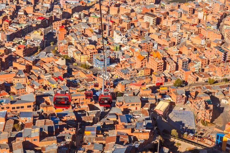 Drahtseilbahnen oder funikuläres System über orange Dächern und Gebäuden der bolivianischen Hauptstadt, La Paz, Bolivien stockfotografie