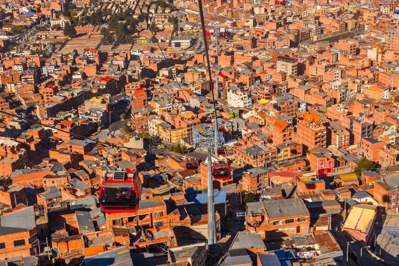 Drahtseilbahnen oder funikuläres System über orange Dächern und Gebäuden der bolivianischen Hauptstadt, La Paz, Bolivien lizenzfreie stockbilder