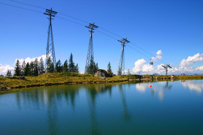 Drahtseilbahngipfel Mit Reflexionen Des Blauen Himmels Und Des Sees Stockfoto