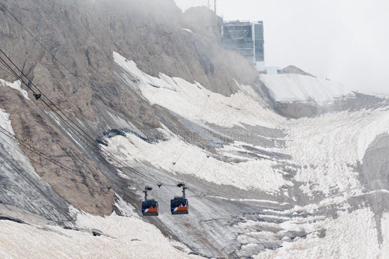 Drahtseilbahnkabinen schneiden auf dem Abschnitt des Marmolada-Gletschers, Dolomit lizenzfreies stockfoto