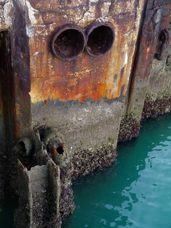 Drain de l'eau dans la baie de la côte de la ville de Cadix, Andalousie l'espagne image libre de droits