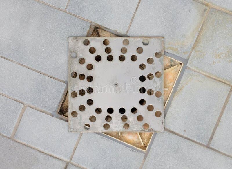 Drain de plancher dans une vieille douche photographie stock
