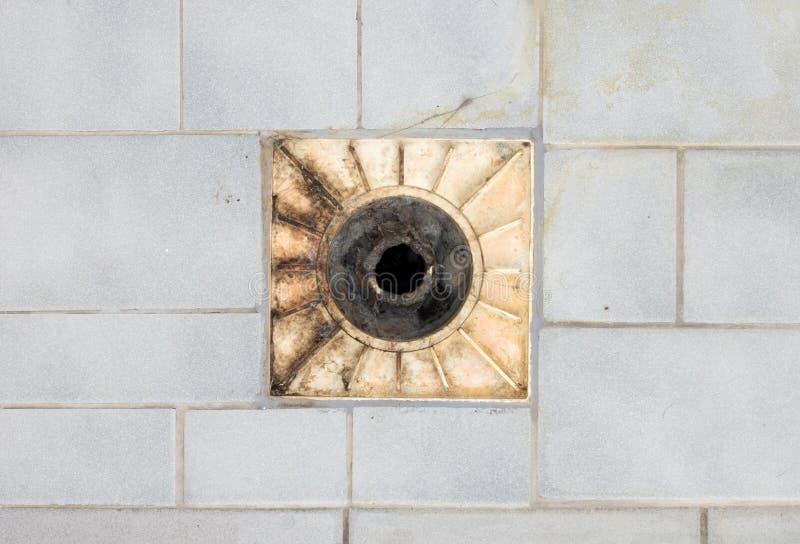 Drain de plancher dans une vieille douche photos libres de droits