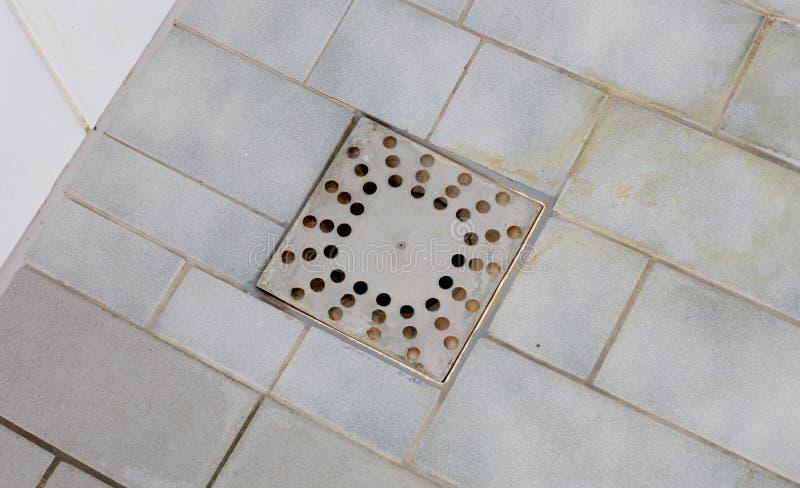 Drain de plancher dans une vieille douche photos stock