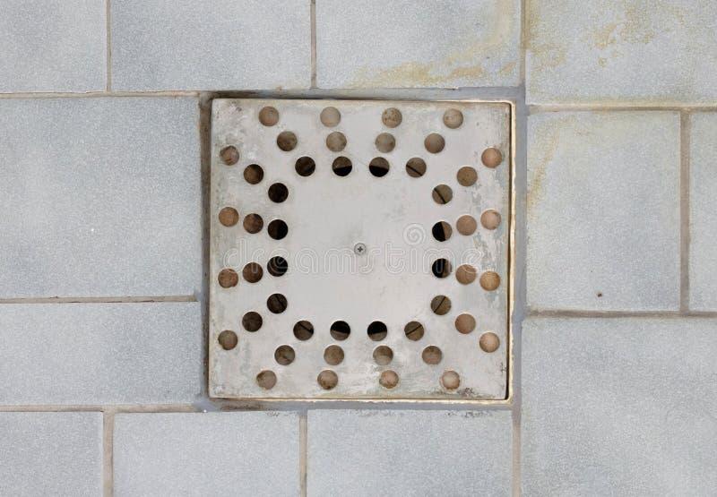Drain de plancher dans une vieille douche image stock