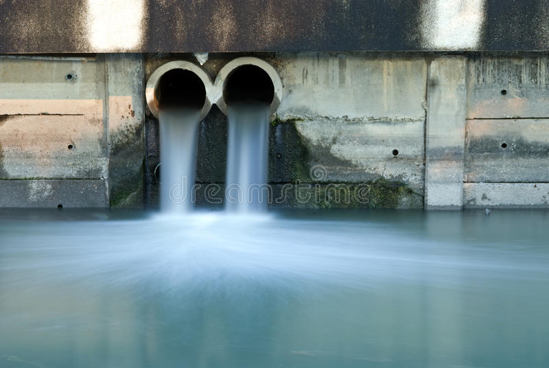 Drain modifié polluant au fleuve photographie stock libre de droits