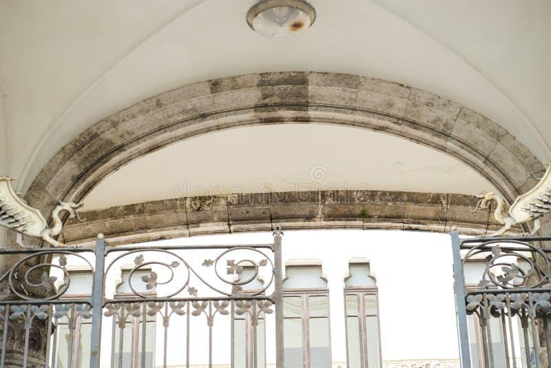 Drakar på ingångsporten av den Palazzo civicoen, Cagliari, Sardinia, Italien arkivfoton