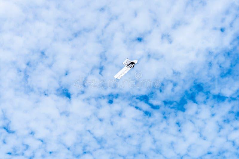 Drakar som flyger i himlen bland molnen Drakefestival fotografering för bildbyråer