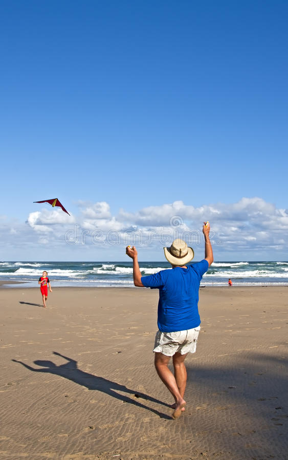 drake för strandpojkefarsa little som leker royaltyfria bilder